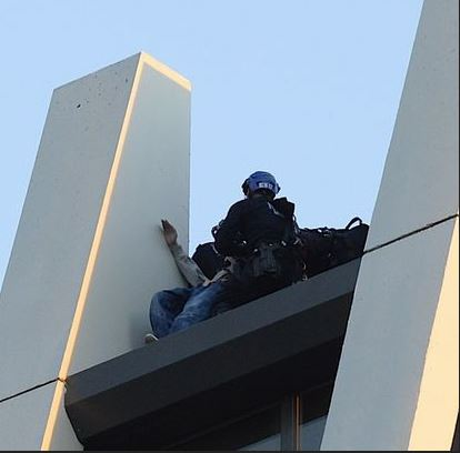New York Police Stop Suicidal Man From Jumping Off Building Roof (Photo)