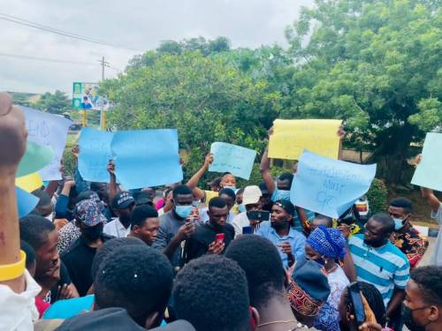 Olabisi Onabanjo Students Storm Ogun Government House, Protest Abduction Of Colleague (Photos)